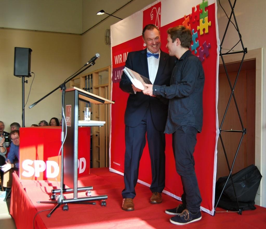 20200119 Thomas Grambow überreicht Kevin Kühnert das Landkreisbuch